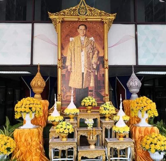ทำบุญตักบาตรเนื่องในวันคล้ายวันสวรรคต พระบาทสมเด็จพระเจ้าอยู่หัวภูมิพลอดุลยเดชฯ ร.9